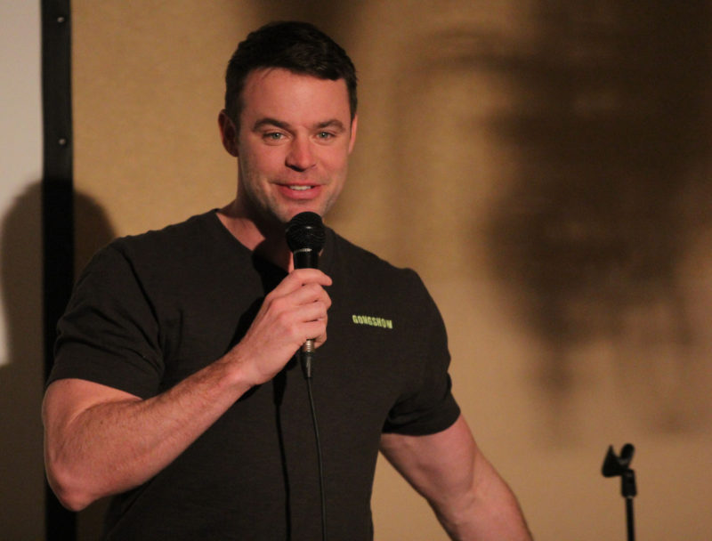 comedian tom kelly proves - 800×608